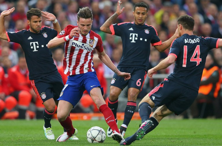 MADRID, SPAIN - APRIL 27:  Saul Niguez of Atletico Madrid takes on Juan Bernat, Thiago Alcantara and Xabi Alonso of Bayern Munich during the UEFA Champions League semi final first leg match between Club Atletico de Madrid and FC Bayern Muenchen at Vincente Calderon on April 27, 2016 in Madrid, Spain.  (Photo by Alexander Hassenstein/Bongarts/Getty Images)