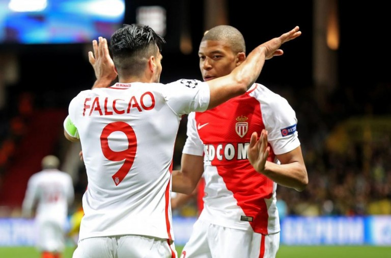 Monaco's Colombian forward Radamel Falcao (C) celebrates with Monaco's French forward Kylian Mbappe Lottin after scoring a header during the UEFA Champions League 2nd leg quarter-final football match AS Monaco v BVB Borussia Dortmund on April 19, 2017 at the Louis II stadium in Monaco.  / AFP PHOTO / Valery HACHE / ALTERNATIVE CROP