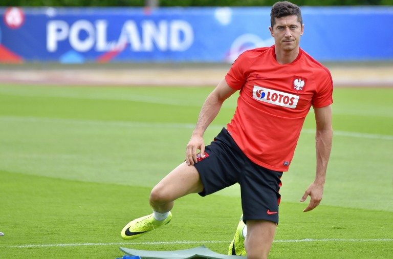 Poland's forward Robert Lewandowski takes part in a training session in La Baule, on June 23, 2016, during the Euro 2016 football tournament.    / AFP / LOIC VENANCE        (Photo credit should read LOIC VENANCE/AFP/Getty Images)