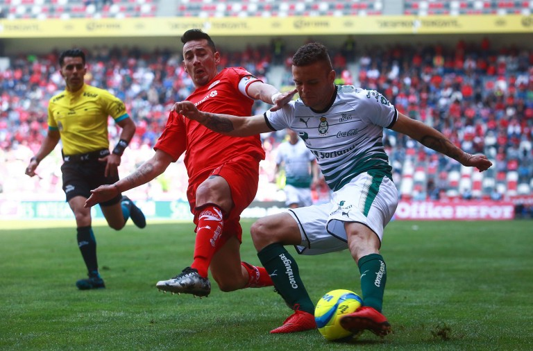 TOLUCA, MEXICO - FEBRUARY 18: Rubens Sambueza of Toluca struggles for the ball with Jonathan Rodriguez of Santos Laguna during the 8th round match between Toluca  and Santos Laguna as part of the Torneo Clausura 2018 Liga MX at Nemesio Diez on February 18, 2018 in Toluca, Mexico. (Photo by Hector Vivas/Getty Images)
