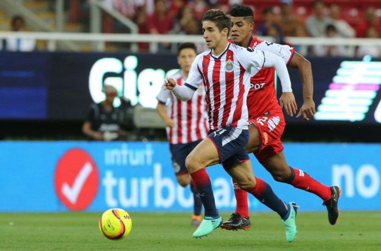 ZAPOPAN, MEXICO - APRIL 07: Isaac Brizuela of Chivas fights for the ball with Wilder Cartagena of Veracruz during the 14th round match between Chivas and Veracruz as part of the Torneo Clausura 2018 Liga MX at Akron Stadium on April 7, 2018 in Zapopan, Mexico. (Photo by Refugio Ruiz/Getty Images)